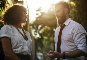 Mann und eine Frau beim Diskutieren - Rhetorik lernen