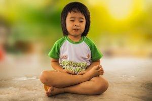Kleines Kind beim Meditieren freie Rede