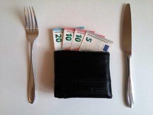 Geldscheine + Besteck Gehaltsverhandlung