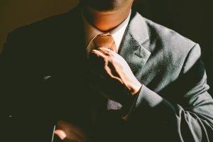 Mann mit Krawatte freie Rede
