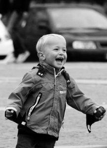 Lachendes Kind- selbstbewusstsein