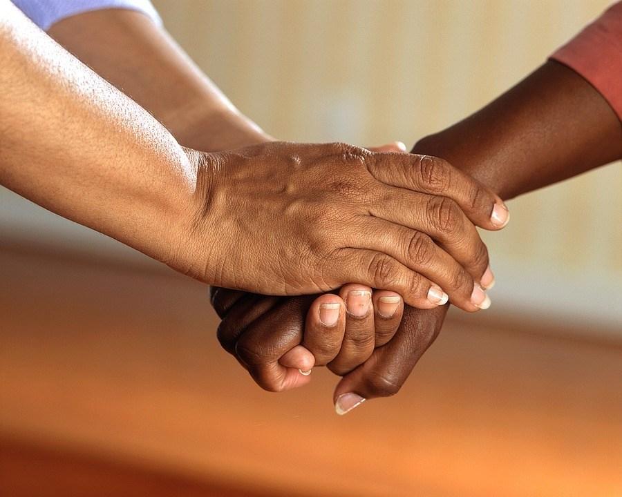 Hände zusammenhalten Verletzende Sprüche