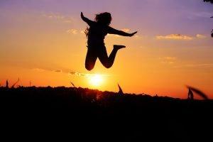 Frau springt in die Luft - Habitus