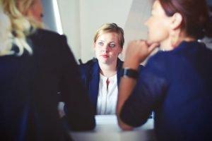 Frau beim Vorstellungsgespräch