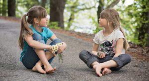 2 Mädchen führen Smalltalk