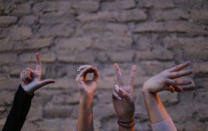 Finger zeigen eine Anspielung