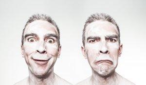 Mann lacht und schaut traurig Emotionen