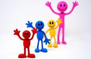 kleine Figuren lachen mit Emotionen