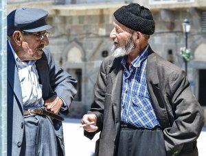 2 Männer halten eine Kommunikation