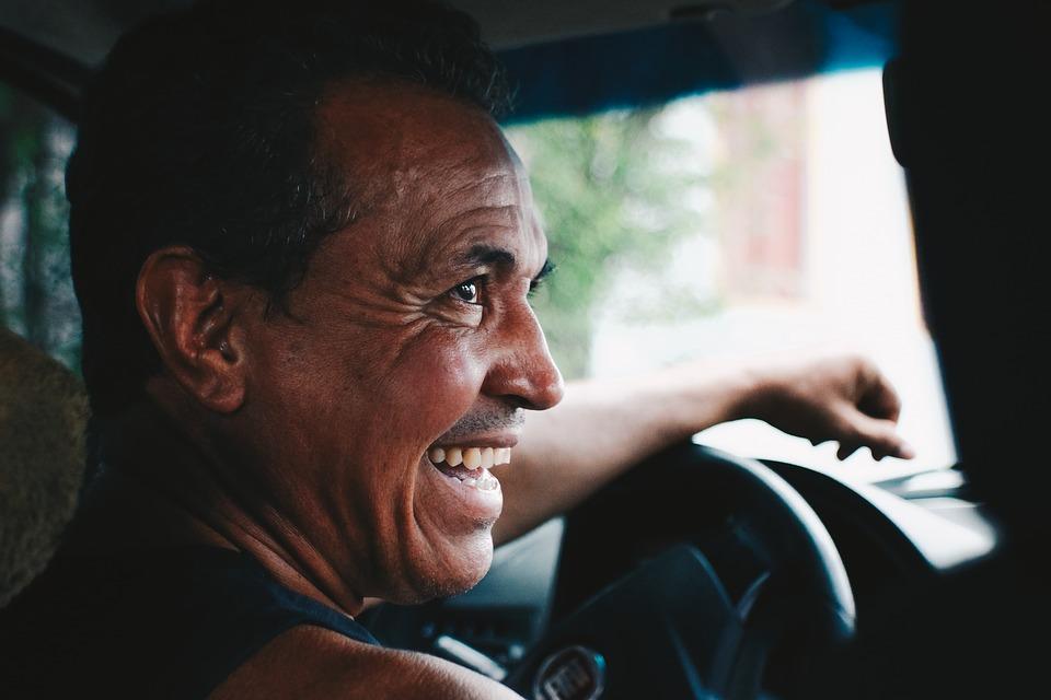 Person lacht Persönlichkeit