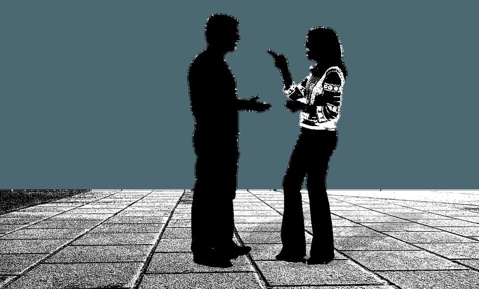 2 Personen halten eine Diskussion