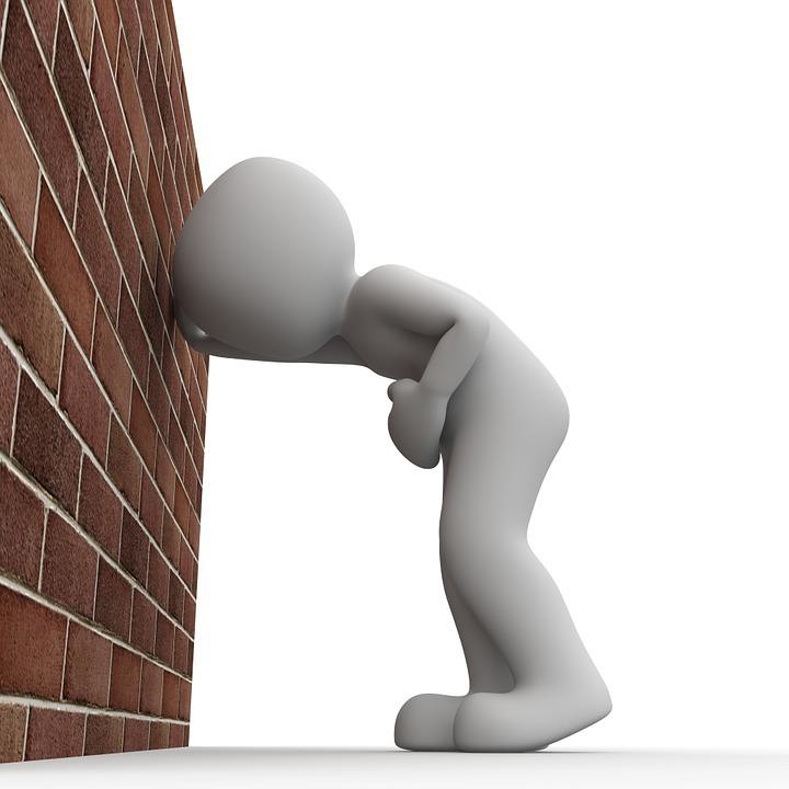 Eine Person schaut auf die Wand