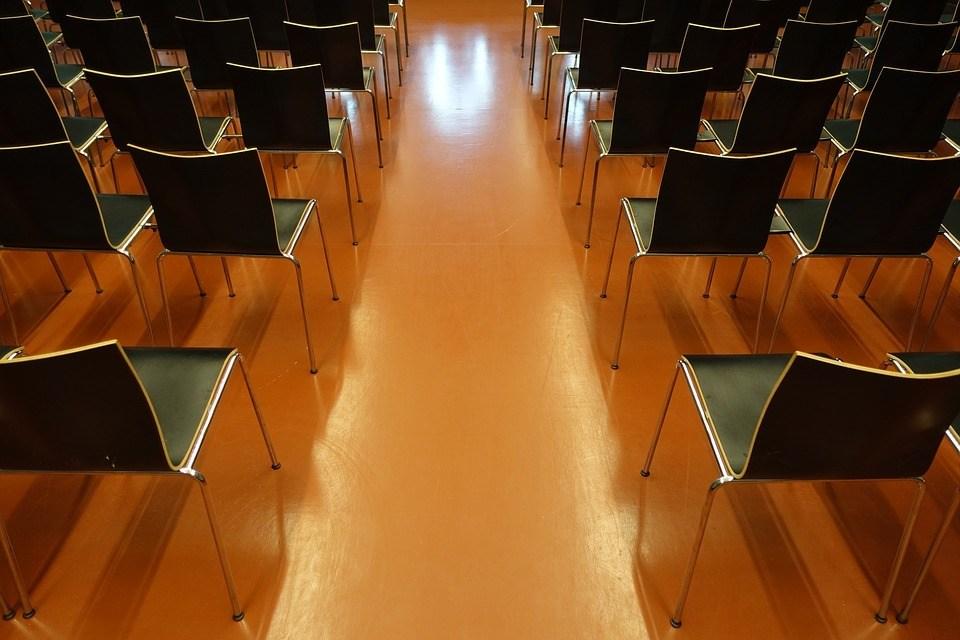 Stühle für eine Rede halten
