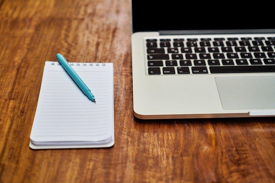 Notizbuch aufschreiben gegen Lampenfieber