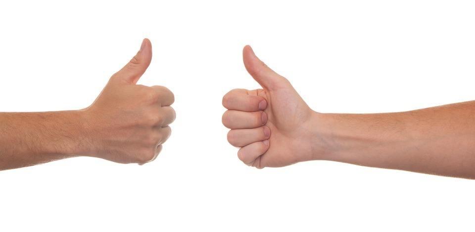 2 Hände zeigen eine positive Gesprächsführung
