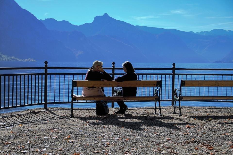 2 Frauen unterhalten sich Gesprächsführung