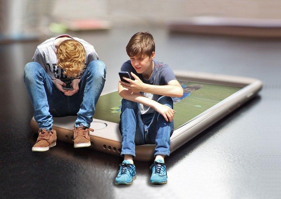 Kinder spielen mit ihren Handys ähm