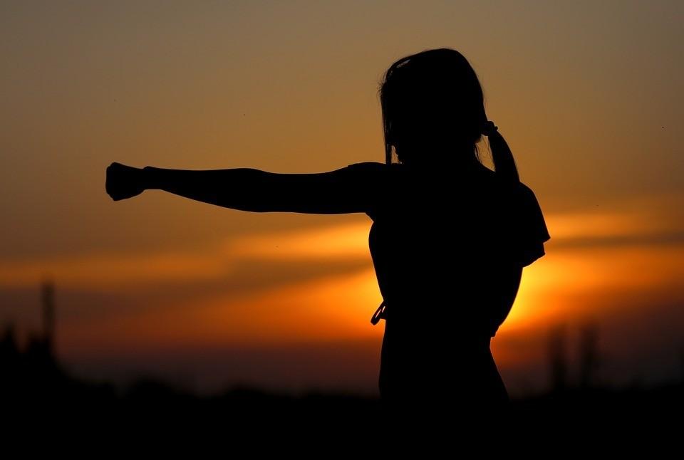 Karate Frau Aufregung