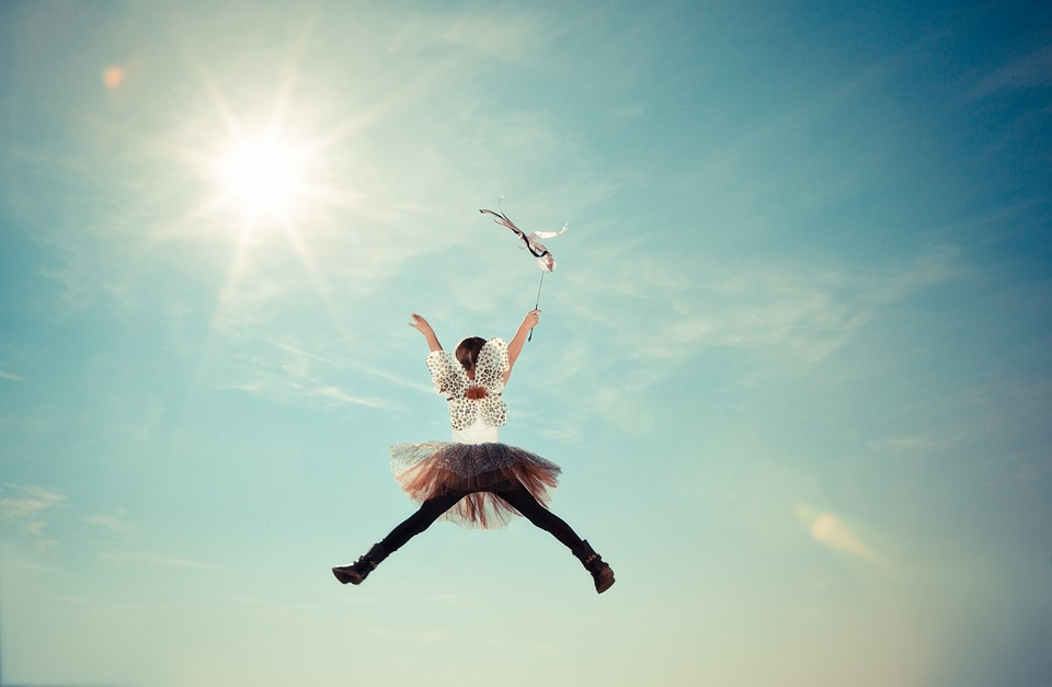 Kind springt Selbstbewusstsein