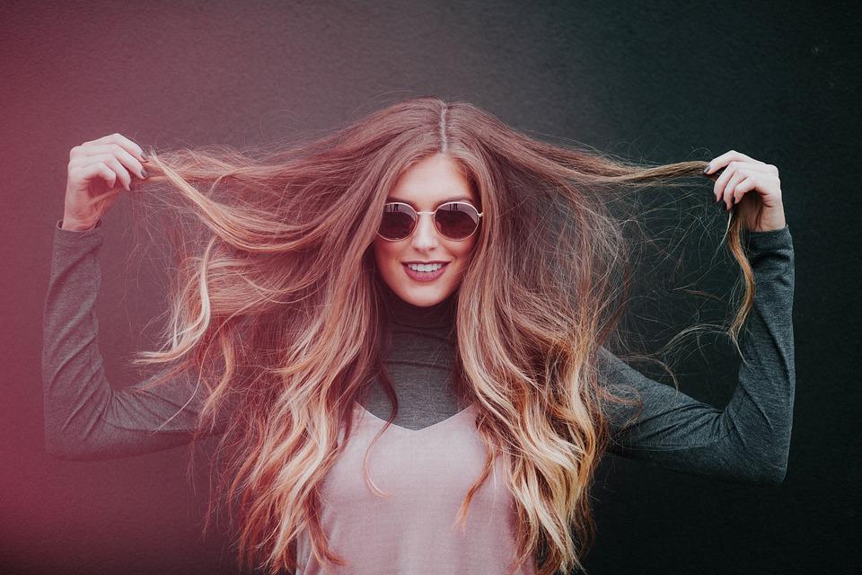 Positive Frau selbstbewusst auftreten