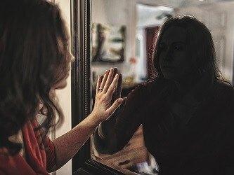 Frau im Spiegelbild