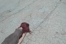 Frau am Boden